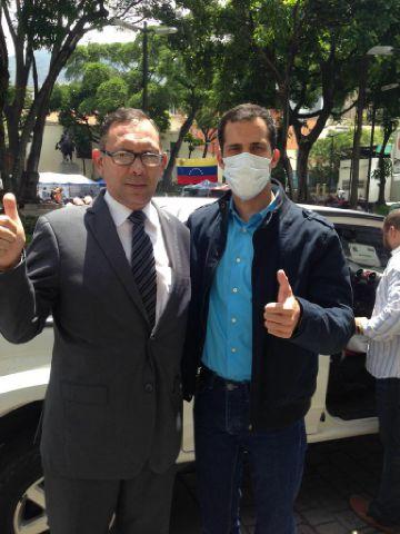 El diputado Carlos Ramos junto a su homólogo, Juan Guaido, quien se mantiene en huelga de hambre (Cortesía: Prensa VP)