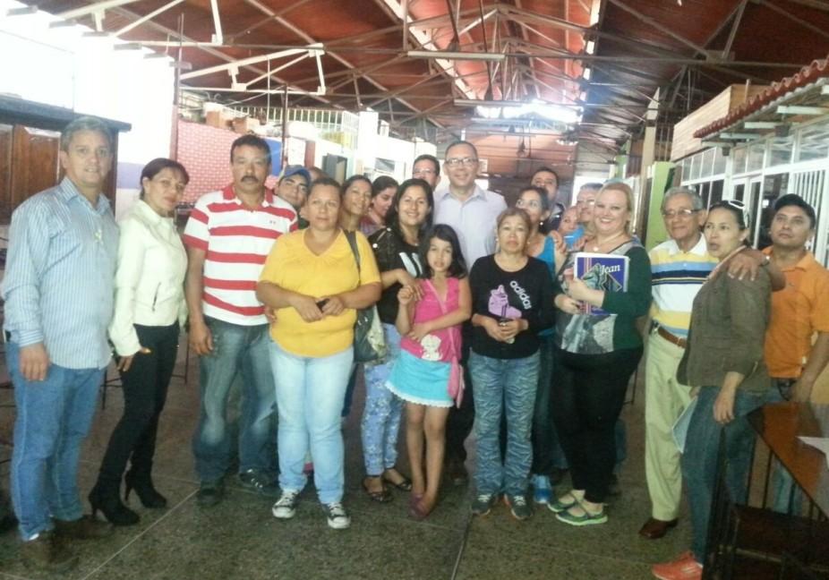 Carlos Ramos escuchó, de los comerciantes, las carencias del mercado.